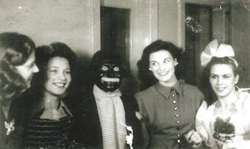 """Imre Szenes (""""murzyn""""), Jeanne Johnstone( po jego lewej), Elisabeth Charles (po jego prawej). Rok 1947."""