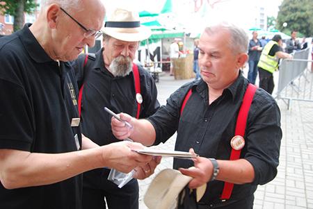 Jerzy zbiera autografy od IKS Band, Iława 2013 (fot. A. Mikulski)